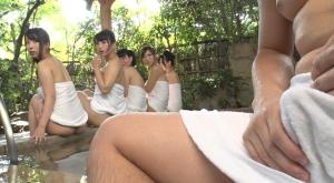 【1人で温泉にやってきたボクが混浴であることに気づかず露天風呂に】のアダルト天国を見る