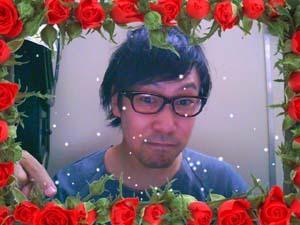 真っ赤なバラの中にヘンなおっさんがステキなフォーナインズのNP-90を掛けています♪この存在感が◎