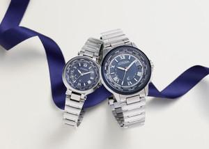 2014年CITIZEN XC限定ペアウォッチが非常に美しく魅了されるデザインとなっています☆機能性も電波時計&ワールドタイムの完璧さ!言うことなしの腕時計です♪EC1010-81LとCB1024-61L