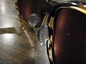 フォーナインズのサングラスはレンズデザインが大きくてもこの『コートパット』により快適に掛けられますよ☆