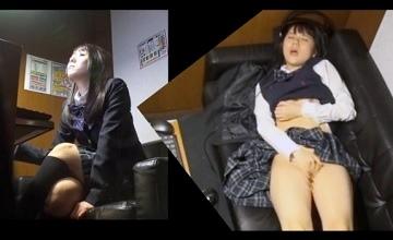 【オナニーする動画】ネットカフェでこっそりオナニーを楽しんじゃう性欲盛んな女子校生!