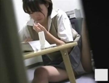 【オナニする動画】大好きな同人誌を見ながらオナニーする女子校生の妹がお兄ちゃんに見つかってしまい・・・。