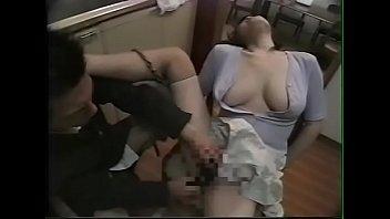 【息子の友達 母 動画】息子のお友達に熟女マンコを弄くり倒されて悶えちゃう五十路の母w
