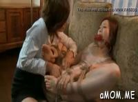 【肉食系女子 動画】夫の目の前で愛する妻がレズビアン痴女に襲われて大量潮吹き!