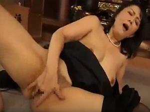 【熟女のオナニー動画】旦那さんに相手にされず毎日自分の指でマンコを搔き回して性処理をするおばさんのオナニーをご覧ください!