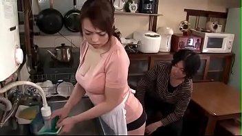 【息子と母の交尾動画】洗い物をしているお母さんのスカートを捲り上げて顔面を押し付けてアナルとオマンコを舐めまわす変態息子!