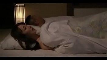 【近新相関無料動画】息子がぐっすり眠ってる布団にこっそり入って欲求のままに夜這いを仕掛けちゃう淫乱母