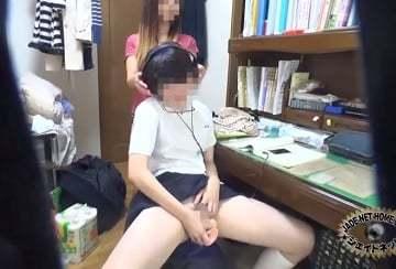 【自慰に耽る 動画】女子校生が部屋でヘットフォンを付けながらオナニーをしてたらお母さんに見つかちゃったw