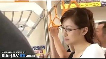 【熟汝無料動画サンプル】四十路の熟女さんがスカスカの電車内で男達の集団に襲われるエロビデオ!