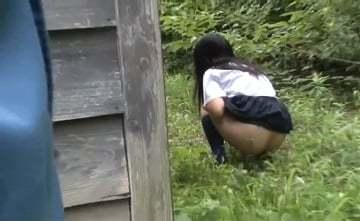 【お漏らし女子無料動画】他人の敷地でトイレが我慢できなくなってしまった女子校生が家主にトイレしてるのを見つかってしまい・・・。