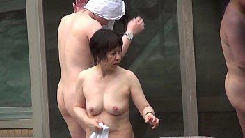 【60歳女性の夜の動画】温泉地で有名な秘密の花園(女風呂)が隠し撮りされてネットに公開されてる件!