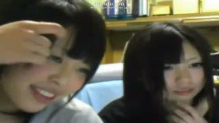 【素人レズビデオ】ニコ生の生配信に友達を呼んで濃厚なレズキスを披露しちゃった現役女子校生!