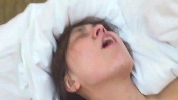 【熟女動画】四十路の熟女さんが初めてのデカチン性交でものすごい表情でイキまくる!!