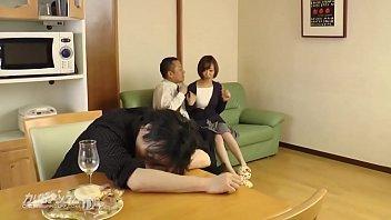 【夫が寝てる間に】お酒に泥酔いして眠ってしまった夫の横で部下と不倫セックスを楽しんじゃう淫乱人妻さん!