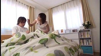 【母と息子のエッチ動画】息子の朝勃ちしたオチンポを観て欲情してしまったお母さんが口マンコでチンポを咥えちゃうw