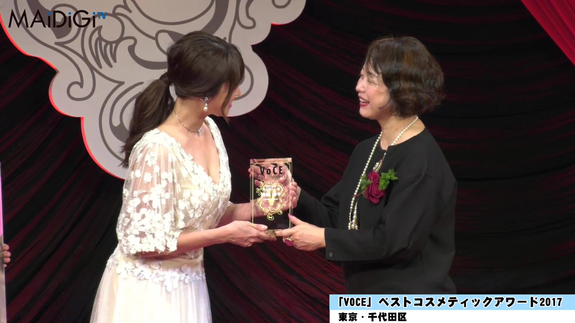 深田恭子 「最も美しい顔2017」授賞式で谷間見せまくり!!wwwwwwww