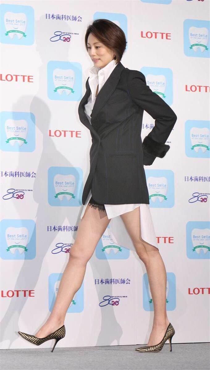 米倉涼子がスカートを履いていないように見えるんだけどwwwwwww