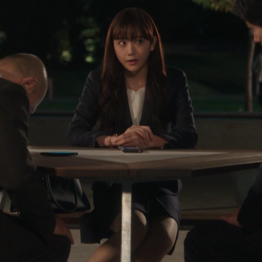 松井愛莉 スーツ姿のミニスカ太もも