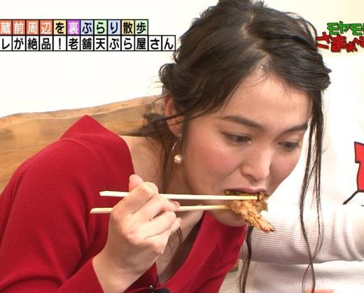 福田典子アナ 前かがみで胸元チラリ