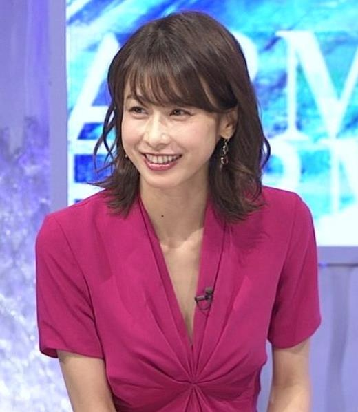 加藤綾子アナ インナーを着てないので胸の谷間が見えそう