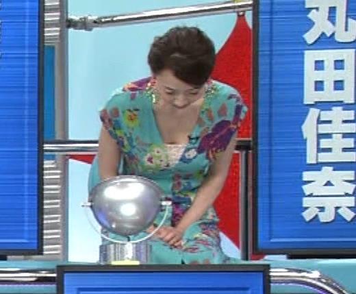 丸田佳奈 美人女医さんが胸の谷間をチラチラ