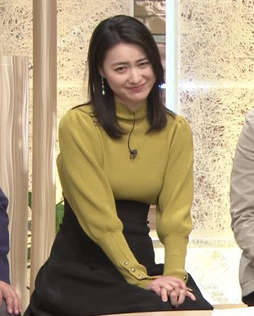 小川彩佳アナ おっぱいをクッキリさせるスカート