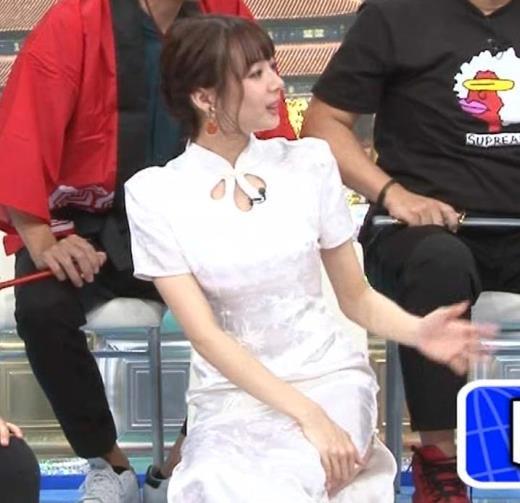 岡田紗佳 大きくスリットが入ったチャイナドレス姿