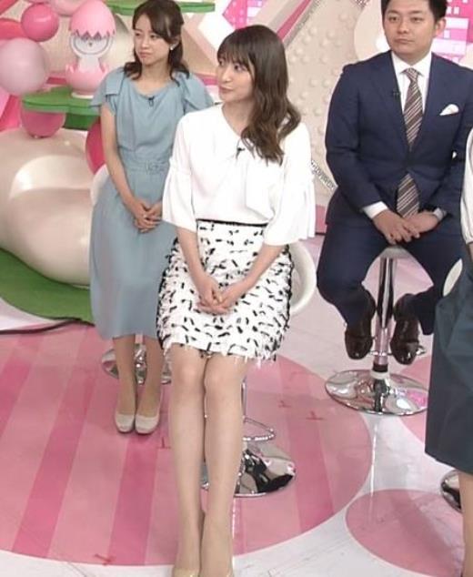 笹崎里菜アナ 白いミニスカの脚