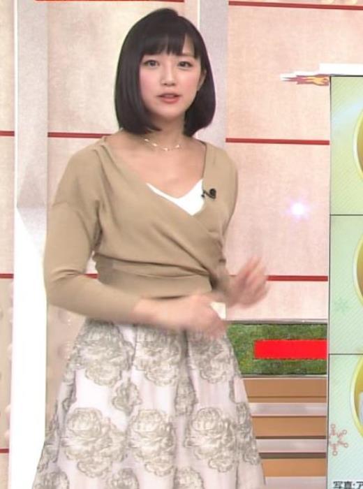 竹内由恵アナ 胸元露出しすぎてる