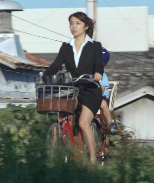 内山理名 NHKのドラマで胸元ゆるゆる。ほぼパンチラ。