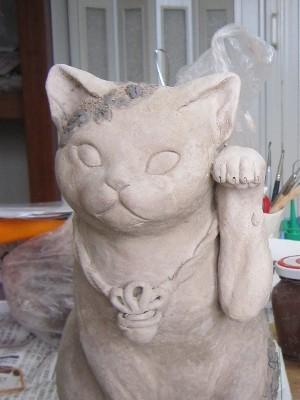 白い牡丹の招き猫 粘土