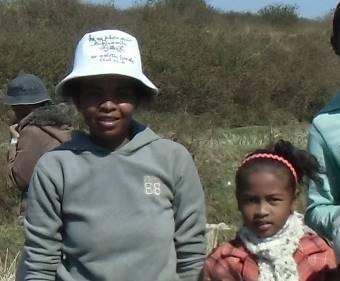 マダガスカルの丸顔の親子