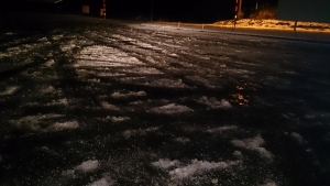 蘭越付近、道路凍結。
