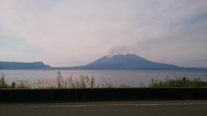 錦江湾沿いをドライブ。