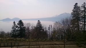 支笏湖畔を走る