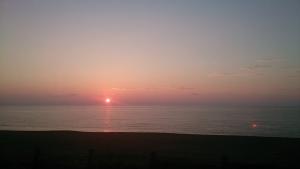 沈みゆく夕日。