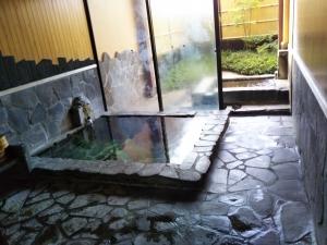 鷹の家、貸切家族風呂、岩風呂タイプ。