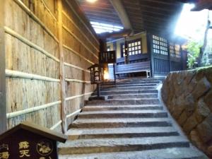 御客屋、風呂への階段。