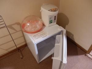 伊東パウエル、部屋、廊下の小型冷蔵庫