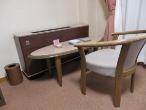 伊東パウエル、部屋、テーブルセット