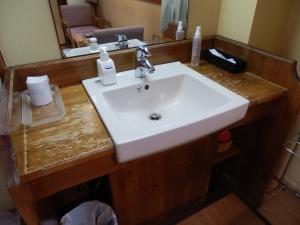 鷹の家、部屋、洗面台。