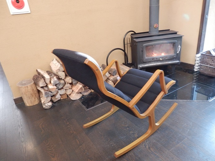 御宿友美荘、暖炉とロッキングチェア。