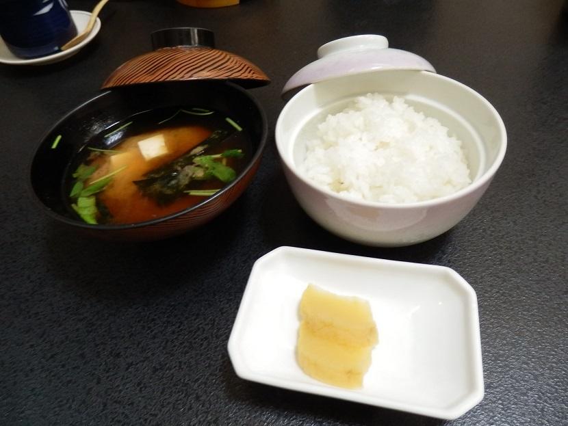 夕食メニュー、ご飯と味噌汁。