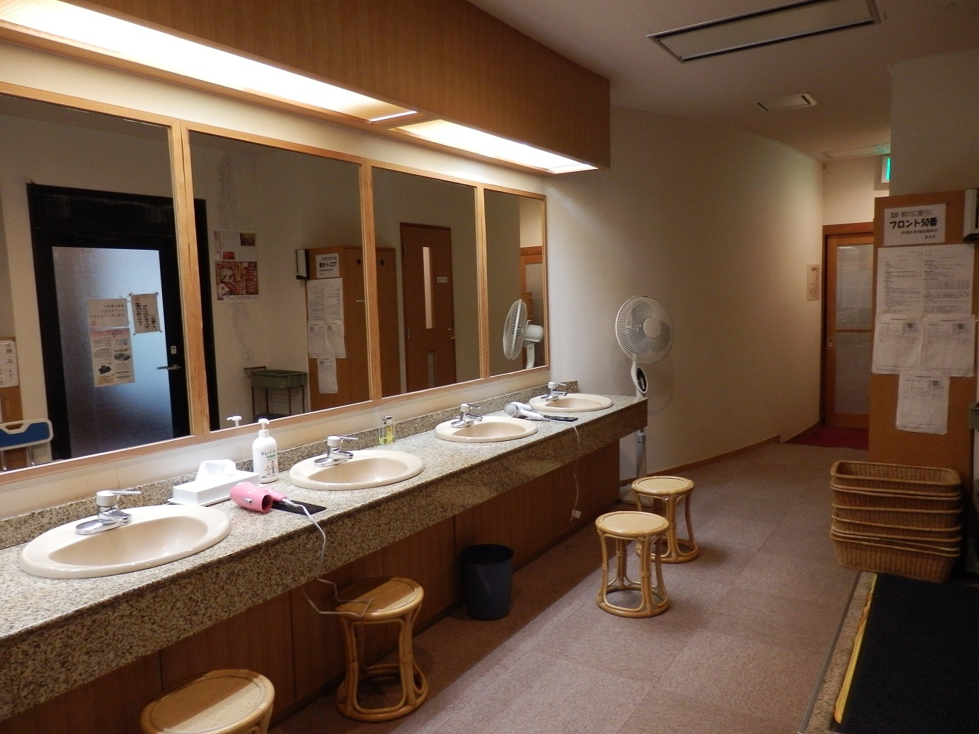大浴場、脱衣場。
