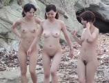 大胆過ぎる!!仲良し女子4人組の全裸海水浴露出しておし○こ放○しまくり