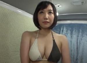 海水浴場でナンパした巨乳人妻と車内で未承諾の中だしセックス||
