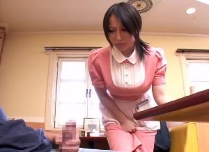 ファミレスで働く人妻の巨乳ウェイトレスにセンズリを見せ付けて・・・