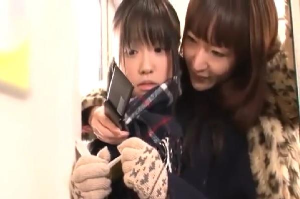 【瀬名あゆむ】電車の中でレズビアンなお姉さんにチ○ンされペニバンで犯されちゃう清純系の女子校生