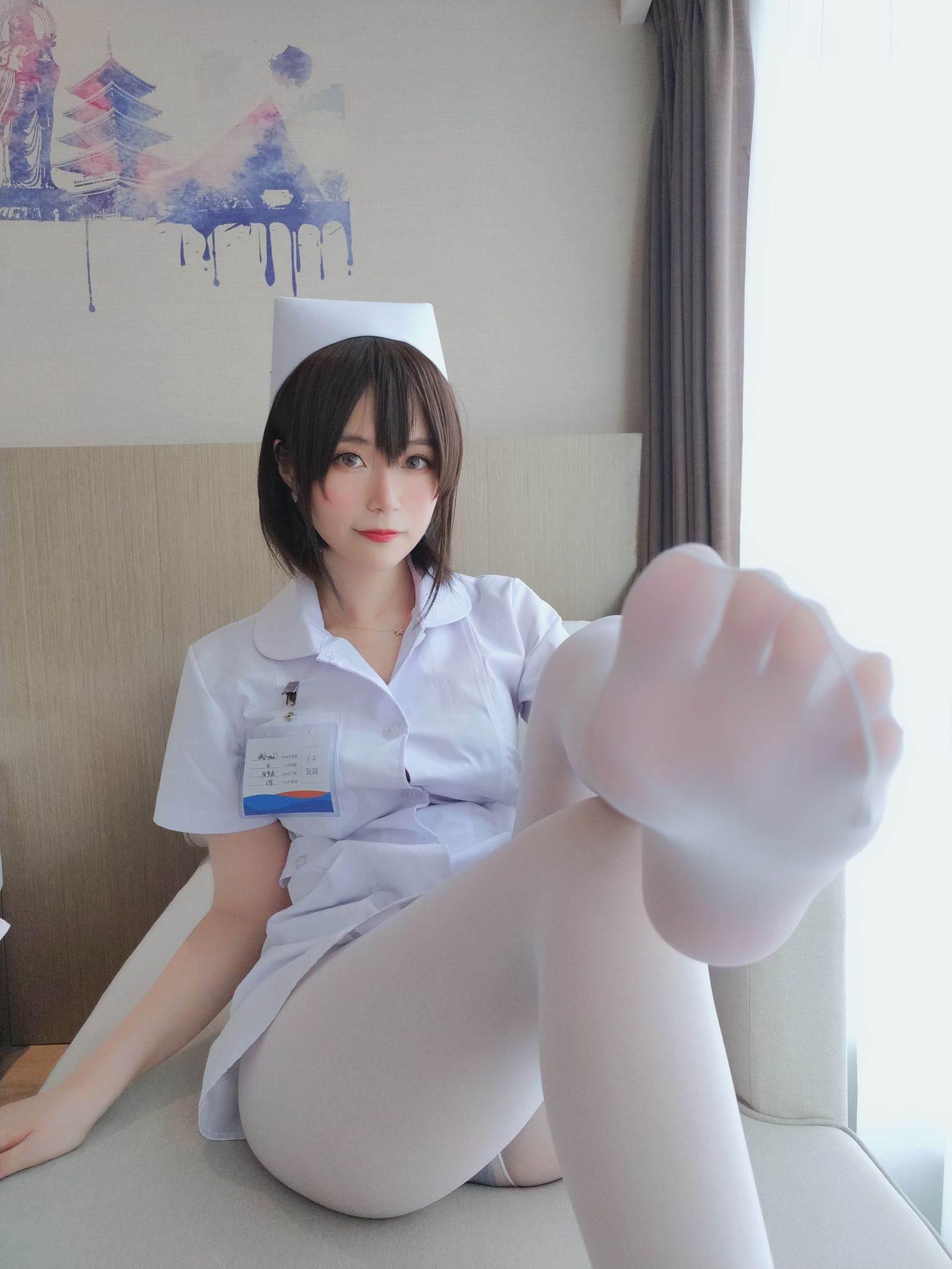 Nurse with short hair024