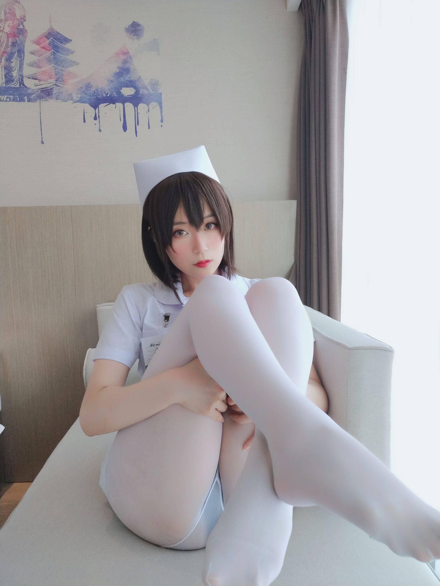 Nurse with short hair032